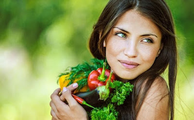 ما هى اهم الفيتامينات التى يحتاجها جسمك  فتاة بنت امرأة تمسك تحمل خضروات الاكل الصحى طعام healthy food vegetables woman carry girl hold