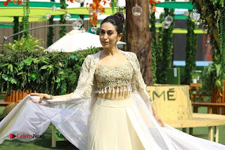 Actress Karishma Kapoor Walks For Arpita Mehta at LFW Summer 2017  0032.jpg
