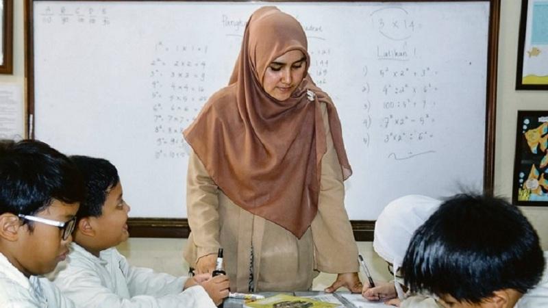 Guru Itu adalah Orang yang Berani Mengajar dengan Tidak Berhenti Belajar
