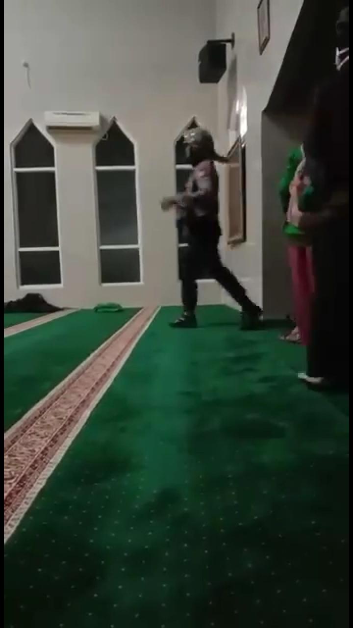 Detik-Detik Aparat Bersepatu Masuk Masjid Kejar Mahasiswa