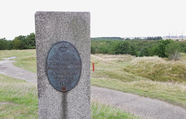 Urlaub auf Fanø mit Kindern: 3 weitere Ausflüge für Familien. Auf dem Kikkebjerg steht einer der Steine, die der Vermessung Dänemarks dienten.