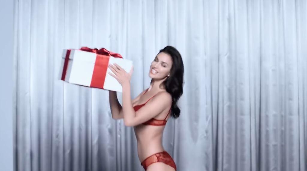 Modella Intimissimi pubblicità Natale con modella intimo rosso - Spot Natale 2016