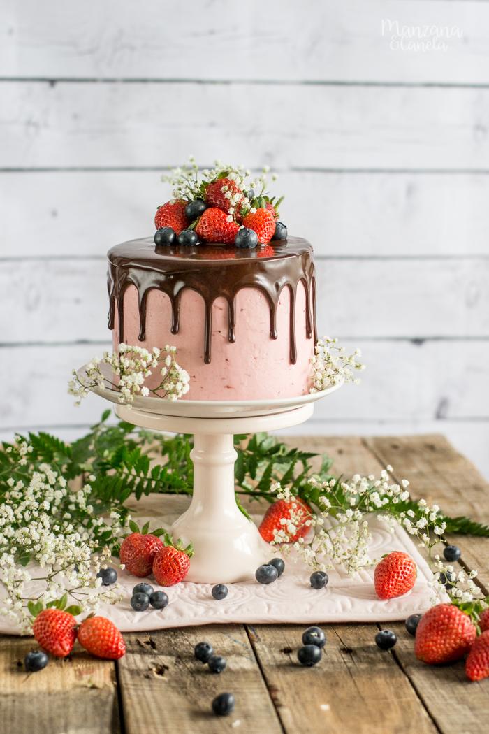 Tarta Red Velvet con crema de fresas y chocolate