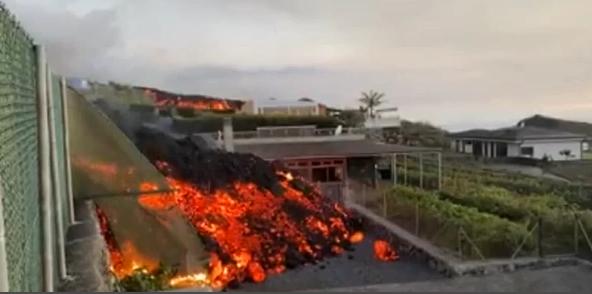 Decenas de viviendas de La Palma están siendo devoradas por ríos de magma en su desplazamiento hasta la costa atlántica