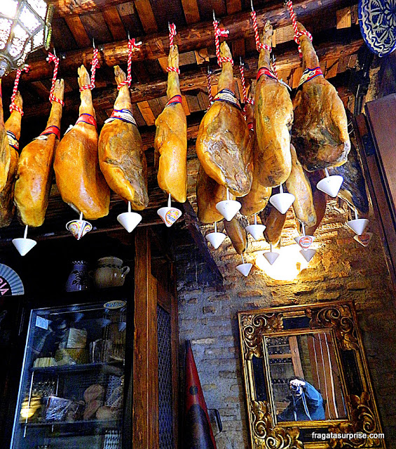 Peças de jamón (presunto) em uma taverna de Granada