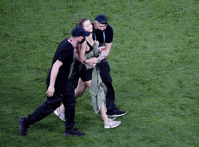 فتاة بملابس مثيرة تقتحم مباراة بلجيكا وفنلندا - euro 2020 pitch invader