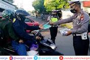 Sambut Hari Bhayangkara ke-75, Kasat Lantas Polres Gowa Bagikan Ribuan Masker ke Pengendara