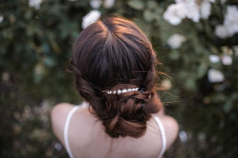 fryzura z perełkami