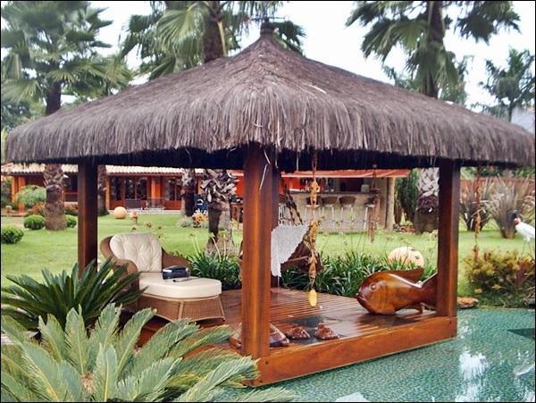 quiosque de madeira na beira da piscina