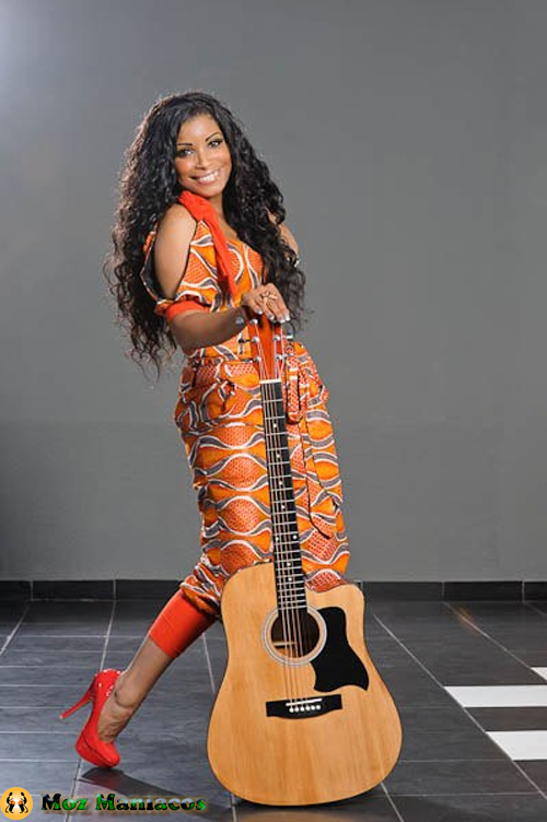 Neyma Segurando Guitara