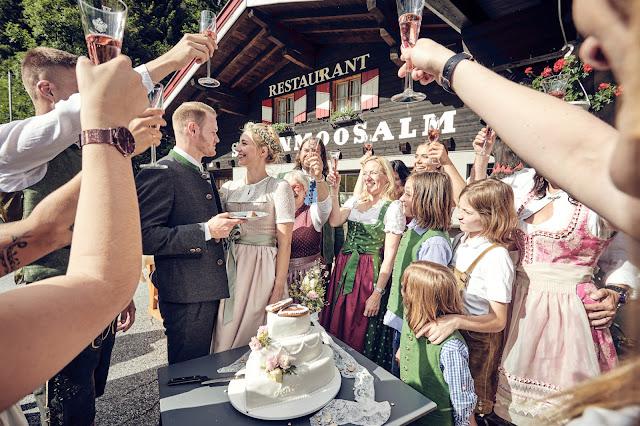 Hochzeitstortenaschnitt, Trachtenhochzeit im Zillertal, heiraten in den Bergen Tirol, Alpenweltresort Königsleiten, Dirndlbraut, Hochzeitsplaner Uschi Glas, 4 weddings & events, Hochzeitsfotografie Marc Gilsdorf, weddingstyled.com