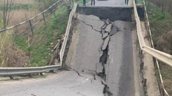 """Ось вам і """"велике будівництво""""! Міст, обвалився на відомі трасі! Проїзд, заблоковано! (ФОТО)"""