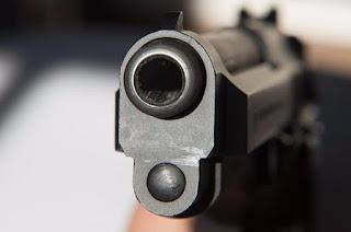 Assalto em Barra de Santa Rosa: Dupla armada leva quase R$ 20 mil de correspondente