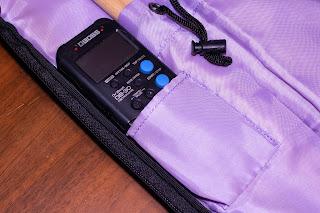 PSC-STBD の内側にはメトロノームやチューニングキーを収納できるポケットも備える