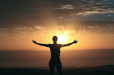 Kenapa harus bangun pagi? Mungkin anda akan bertanya-tanya Kenapa harus bangun pagi ? Hal apa yang menyebabkan bangun di pagi hari dapat menyehatkan? Bagaimana bangun pagi membuat seseorang memiliki tubuh dan mental yang sehat?   Pertanyaan-pertanyaan tersebut akan terjawab di artikel ini. Beberapa Penelitian terhadap waktu pagi telah memberikan banyak informasi tentang manfaat seseorang guna bangun pagi. Dan, yang dimaksud dengan waktu pagi ialah saat antara terbit fajar hingga matahari terbit. jika anda bangun tidur Setelah matahari terbit Berarti anda sudah telat.   Ada dua alasan utama kenapa Anda perlu membiasakan diri bangun di pagi hari, yaitu udara pagi sangat baik bagi kesehatan. Adanya kebutuhan akan sinar matahari pagi yang menyehatkan serta kebaikan mandi di pagi hari.   Berikut akan kita Uraikan satu persatu ke tiga alasan perlunya membiasakan bangun pagi.   1. Udara pagi yang menyehatkan    Kebutuhan dasar bagi manusia guna mempertahankan kehidupannya mencakup tiga unsur utama. Artinya kita semua termasuk Anda memerlukan ketiga unsur ini untuk hidup. 3 unsur yang dimaksud ialah makanan, air, dan udara. Setiap harinya kita membutuhkan makanan guna menjaga agar seluruh fungsi organ tubuh dapat berjalan dengan normal. Hidup memang bukan untuk makan namun tanpa makan secara hukum alam kita tidak dapat meneruskan hidup karena mati. Tanpa mendapat asupan makanan, seseorang hanya mampu bertahan selama satu pekan atau 7 hari.   Kita juga membutuhkan air. Kebutuhan air sangat vital bagi kelangsungan hidup kita. Setiap harinya air yang kita butuhkan berkisar 2 liter hingga lebih. Ini bisa dipahami karena 80% tubuh manusia terdiri dari cairan. Kekurangan air dapat menyebabkan dehidrasi dan jika sudah parah bisa berujung pada kematian. Secara hirarki kebutuhan akan air berada satu tingkat di atas kebutuhan terhadap makanan. Seseorang yang tidak mendapatkan air bersih Hanya bisa bertahan hidup selama 2 hari.      Unsur utama yang terakhir adalah udara. Udara memega