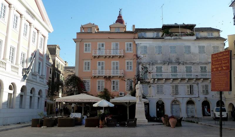 Platía Kipriakou Agona in der Altstadt von Korfu Stadt