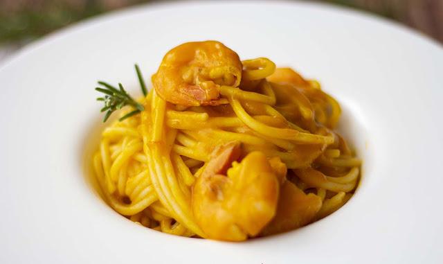 Spaghetti cremosi con code di gamberi e zucca