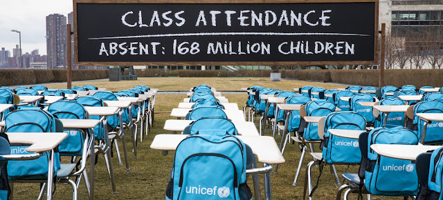 """El """"Aula de la Pandemia"""" de UNICEF en la sede de la ONU en Nueva York. Cada pupitre y silla vacíos representan al millón de niños que viven en países donde las escuelas han sido cerradas casi por completo.UNICEF/Chris Farber/UNICEF via Getty Images"""