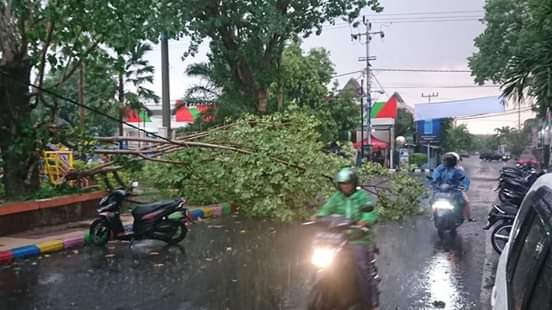 Angin Kencang Disertai Hujan Porak Porandakan Kota Madiun