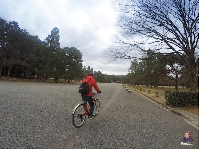 Sepedahan di Taman Imperial Palace
