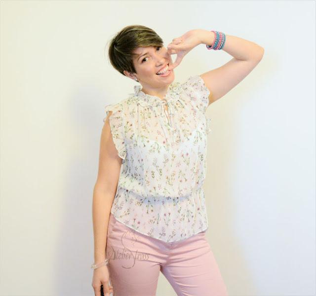 blusa holgada con estampado y pantalón rosa