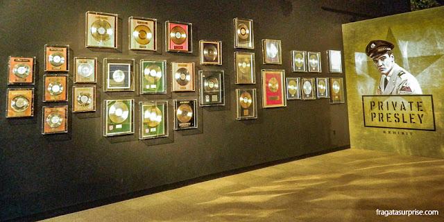 Exposição de discos de ouro e platina conquistados por Elvis Presley
