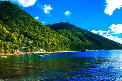 Plage à l'île de la Dominique dans les petites Antilles.