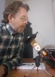 emilio de la barreda martín con micrófono
