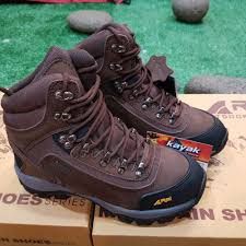 pentingnya menggunakan sepatu saat mendaki gunung