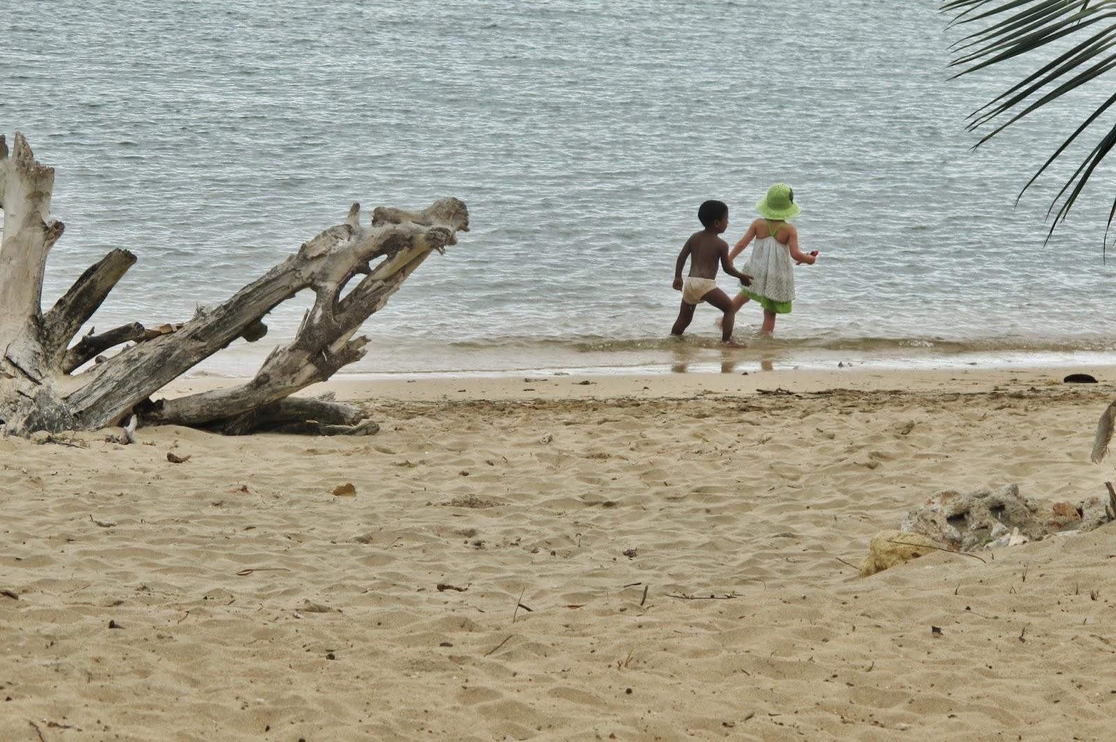 Crianças brincando na Playa Manglito, próximo de Baracoa, em Cuba.