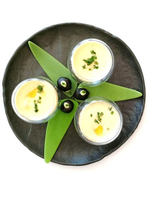 Espuma de crema de legumbres con buñuelo de calamar con alioli