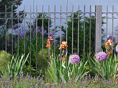 Metallzaun, moderner Zaun, Gartenzaun modern
