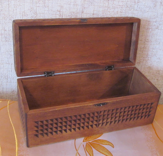 резная деревянная шкатулка-сундучок
