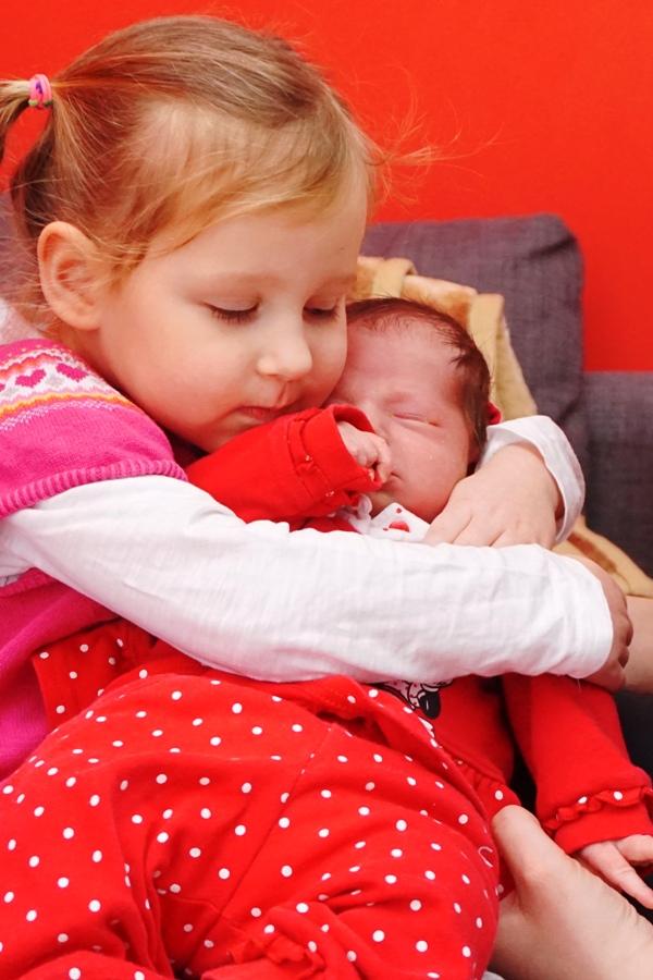 siostry, przytulaki, trzylatka i noworodek