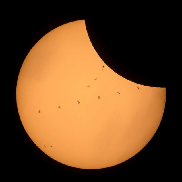 Trạm Không gian Quốc tế di chuyển đi ngang qua vị trí của Mặt Trời trên bầu trời. Hình ảnh: AFP.