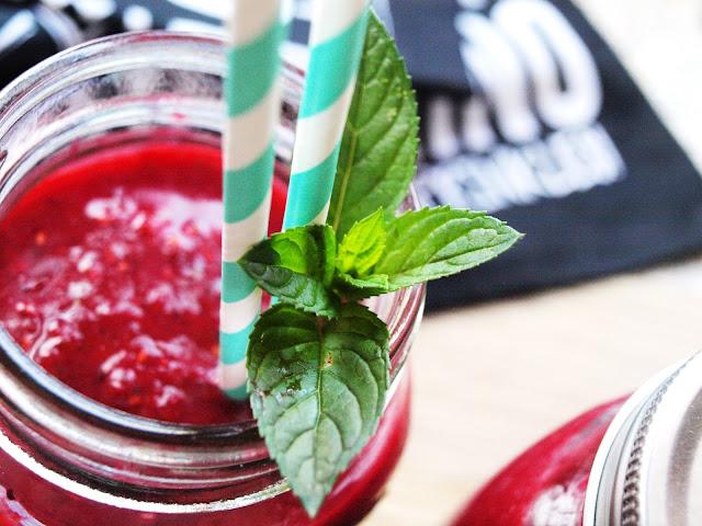 Beerensmoothie mit Wassermelone und Minze