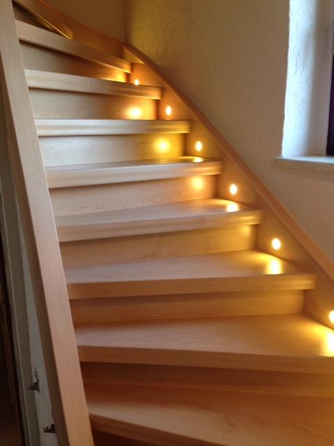 Treppenbeleuchtung - Strahler in der Treppenwange eingefräst