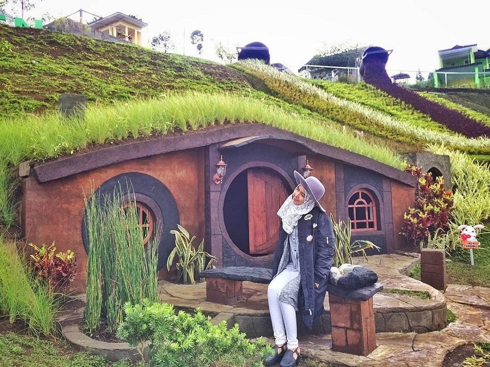 spot foto rumah hobbit di taman kelinci malang