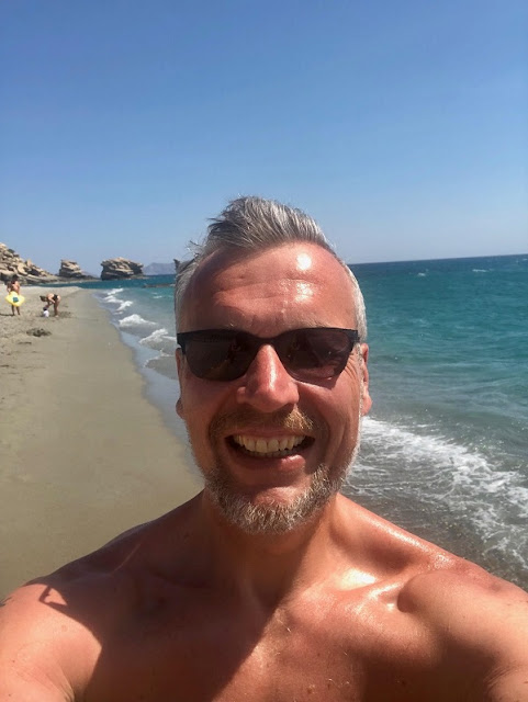 Ich vor der Felsenformation von Triopetra an der Südküste Kretas, direkt am Lybischen Meer