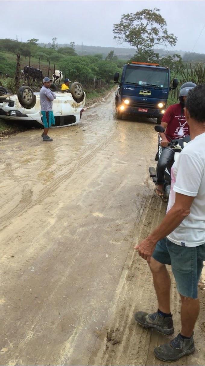 Carro da prefeitura de Vertente do Lério capota em estrada vicinal