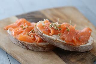 Pumpernickel con crema agria y salmón ahumado