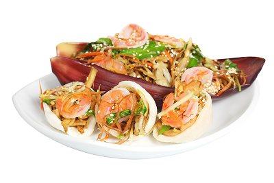 Món khai vị: Gỏi hoa chuối ăn kèm bánh phồng tôm