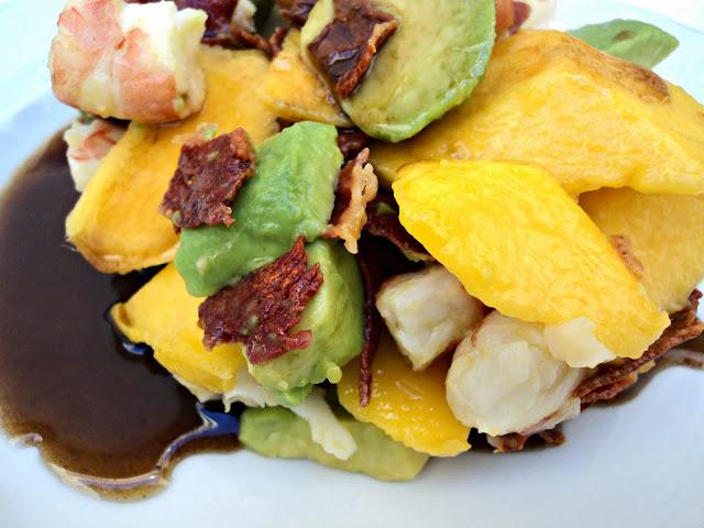 ensalada-mango-langostinos-cerca