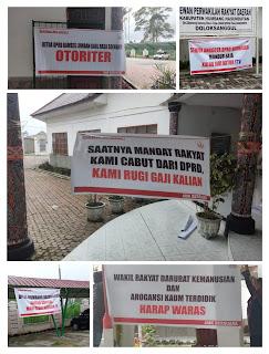 Sayangkan Aksi Penyegelan, AMK Pasang Spanduk Cemooh di Gedung DPRD Humbahas, Ini Isi Spanduknya!