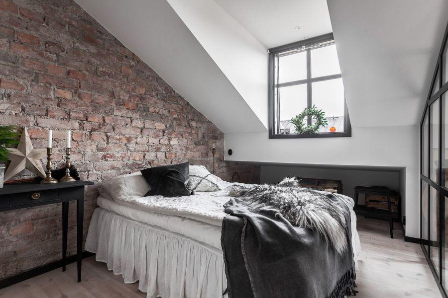 Mieszkanie na poddaszu w loftowym klimacie, wystrój wnętrz, wnętrza, urządzanie domu, dekoracje wnętrz, aranżacja wnętrz, inspiracje wnętrz,interior design , dom i wnętrze, aranżacja mieszkania, modne wnętrza, loft, styl industrialny, czerń i biel, black and white, sypialnia, bedroom, poddasze, mieszkanie na poddaszu,