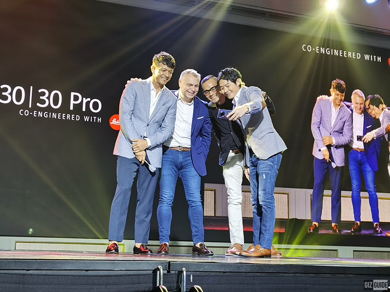 Huawei's Chief Experience Officer Jericho Rosales posing for a selfie using the new Mate 30 Pro