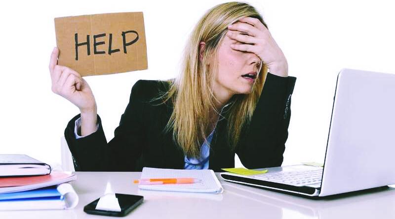 Mulher com excesso de tarefas pede socorro por causa do stress