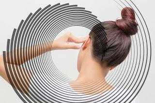 طنين الأذن يمكن أن يرتبط مع أنواع متعددة من اضطرابات الصداع. أحد أنواع الصداع الذي يظهر فيه طنين الأذن أحيانًا هو الصداع النصفي .