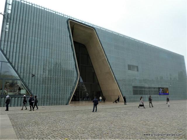 entrada al museo POLIN en Varsovia