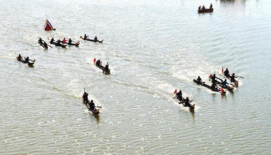 Lễ hội đua thuyền độc mộc trên sông Đăk Bla Xuân Đinh Dậu